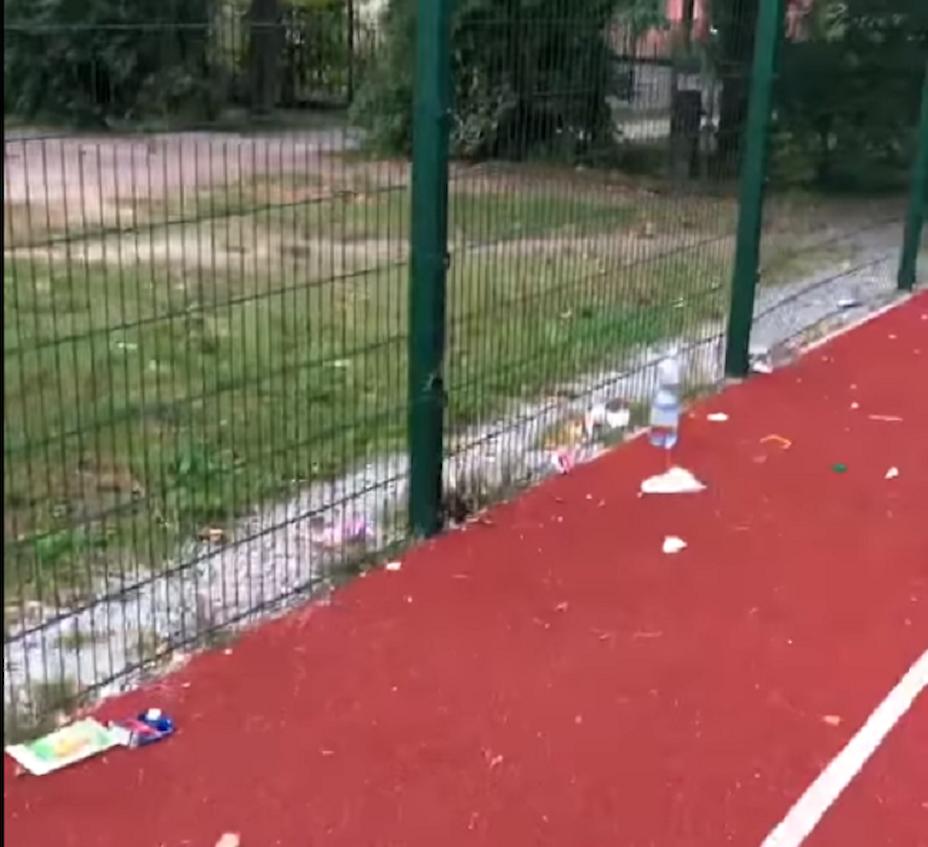 Мешканці Обухова скаржаться на свинарник на стадіоні (відео)