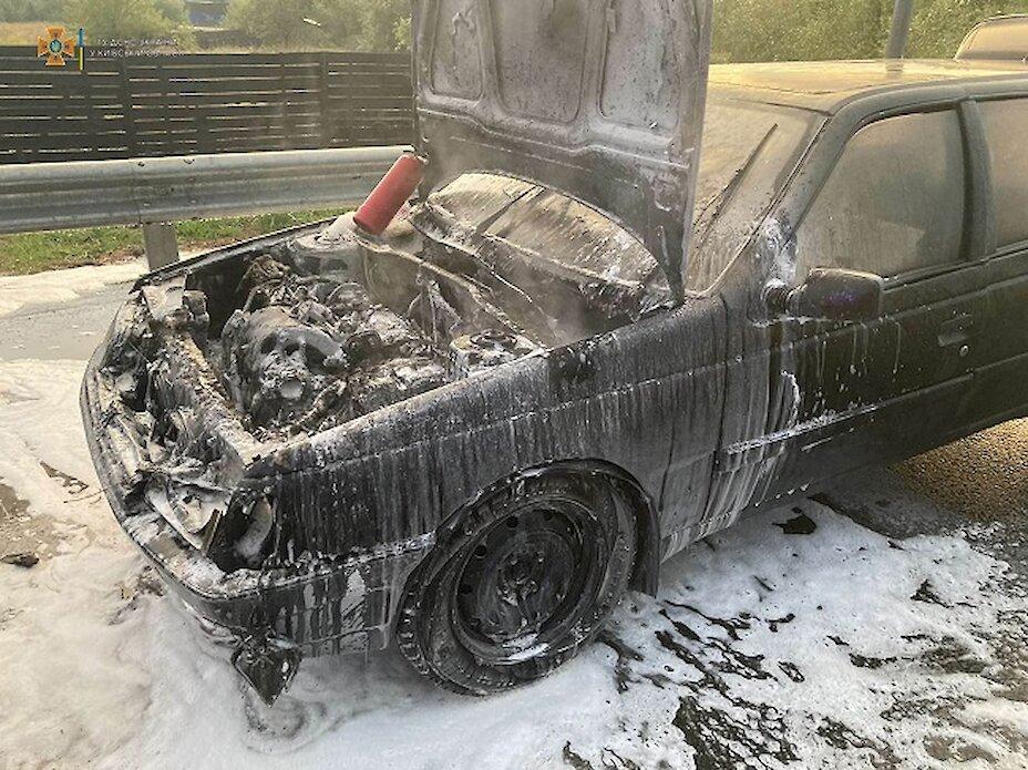 В Обухові загорілись два авто