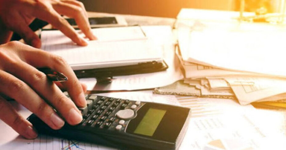 Податки щомісяця: Кабмін шукає гроші на пенсії