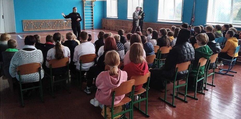 На Обухівщині поліцейські пояснили школярам безпечну поведінку в Інтернеті