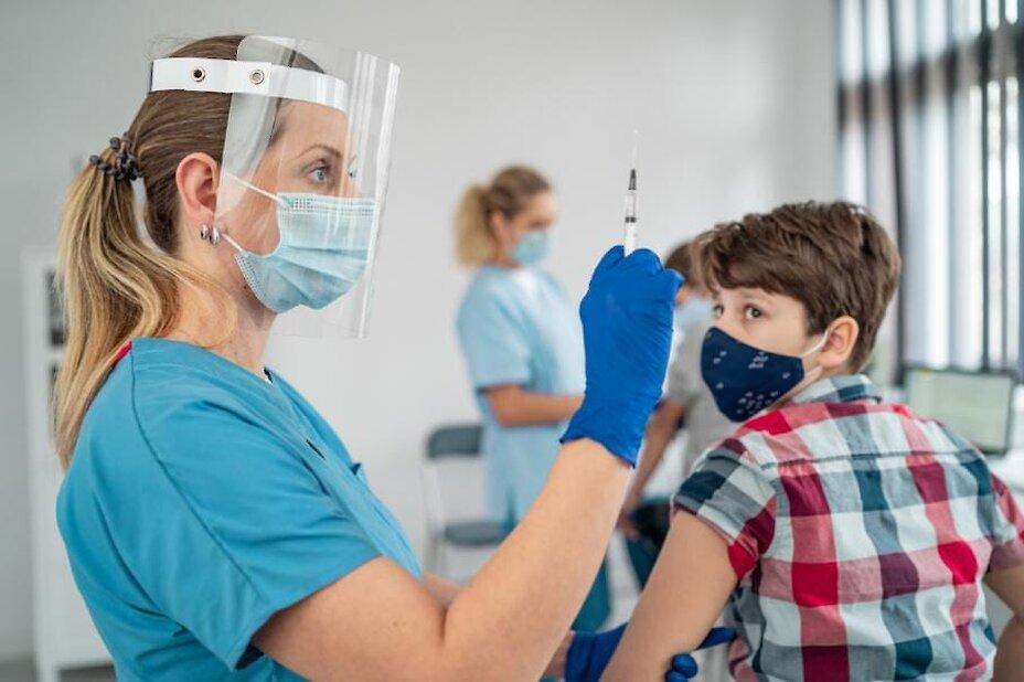 Стало відомо, коли в Україні розпочнуть масову вакцинацію підлітків
