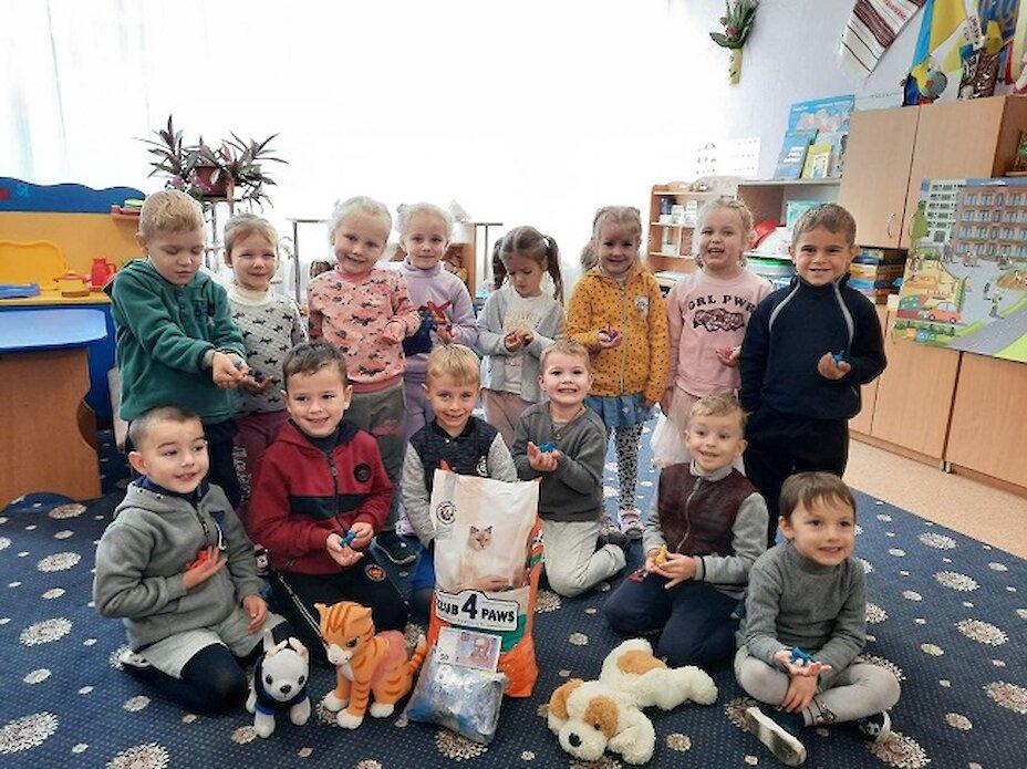 Вихованці обухівського дитсадка нагодували тварин у притулку