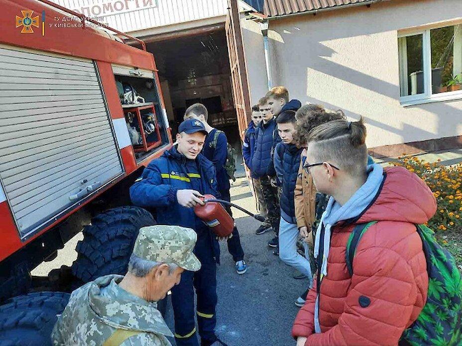 Обухівські рятувальники запросили ліцеїстів до пожежної частини